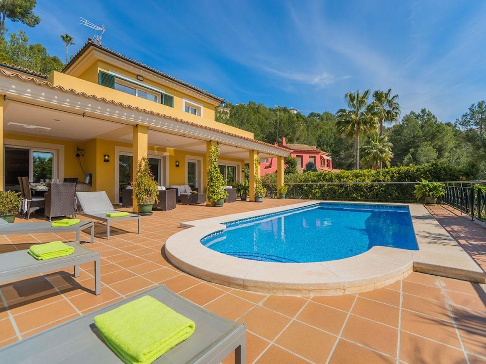 Hermosa casa con gran jard n y piscina en el campo de golf for Casa moderna que es